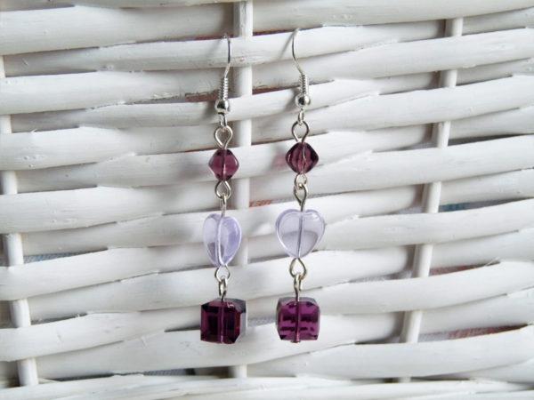 Boucle d'oreilles prunes, avec cubes swarovsky, perles en verre en forme pyramide et coeur.
