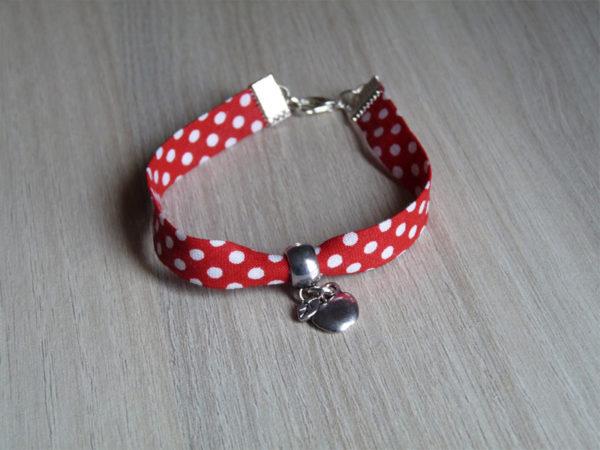 Bracelet rouge à pois blanc avec une breloque pomme