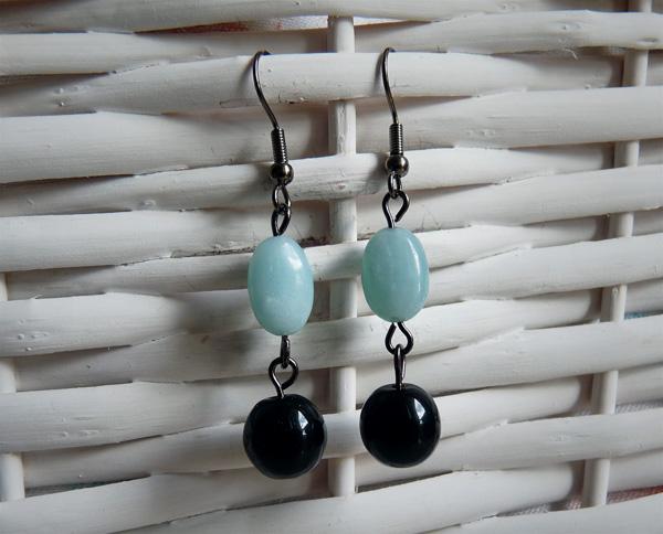 Boucles d'oreille avec des perles angélite et des perles en verre noires