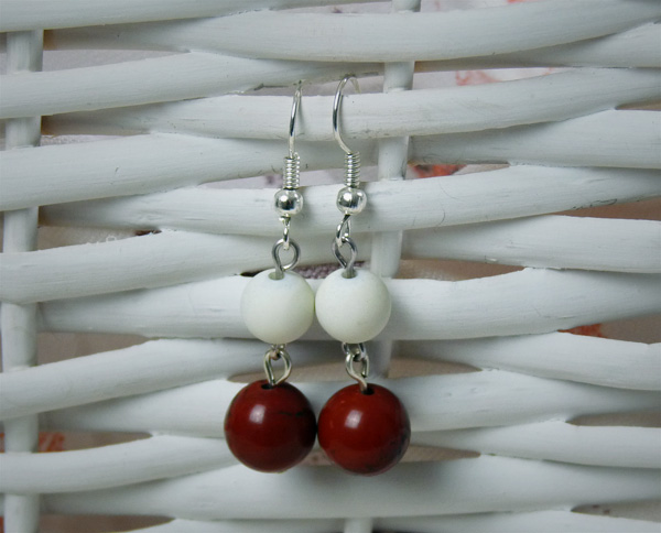 Boucles d'oreille avec des perles satinées blanches et des perles de jaspe rouge