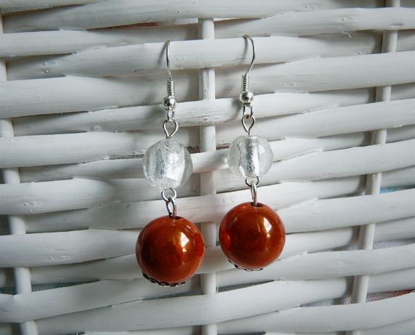 Boucles d'oreille avec des perles en verre blanches et des perles magiques oranges
