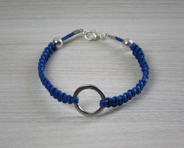 Bracelet bleu muni d'un anneau argenté