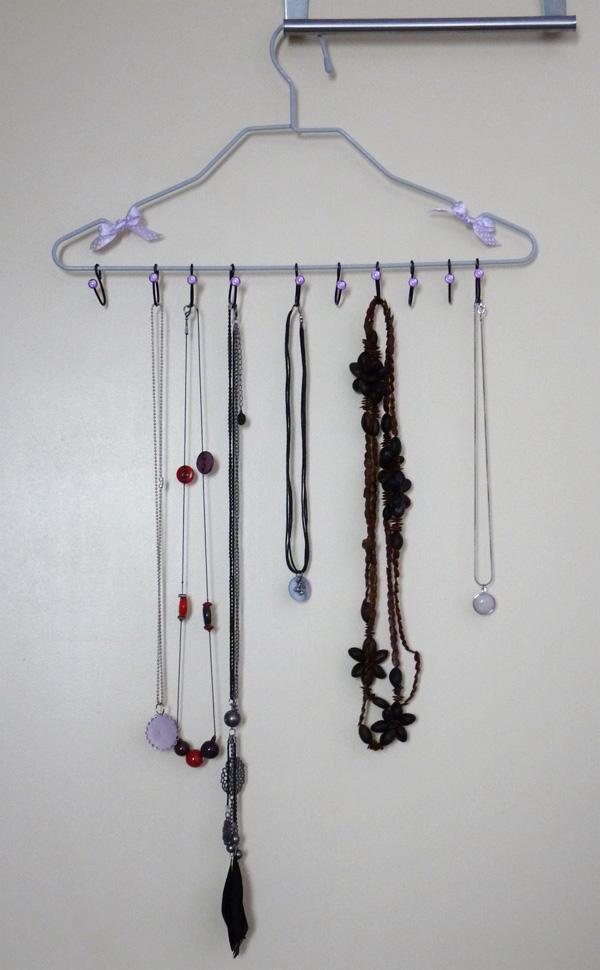 Présentoir pour colliers avec les colliers accrochés
