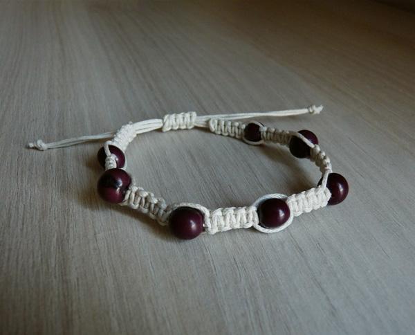 Bracelet blanc cassé avec des graines couleurs prunes