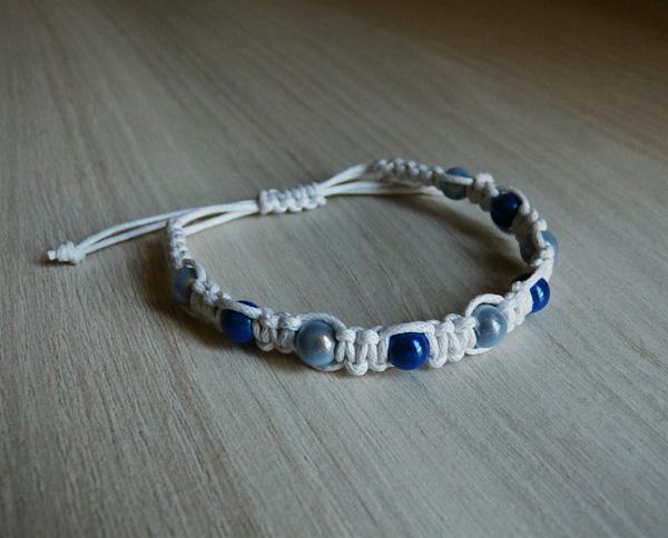 Bracelet blanc avec des perles magiques bleues foncées et bleues claires