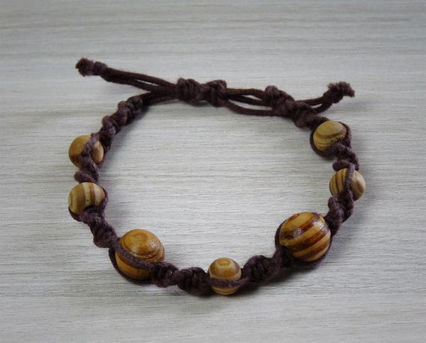Bracelet marron avec des perles en bois