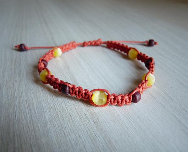 Bracelet orange avec des perles œil de chat facettées jaunes et des perles en bois brunes