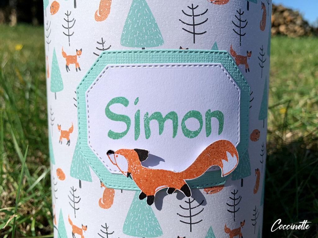 étiquette de la boîte avec un renard curieux