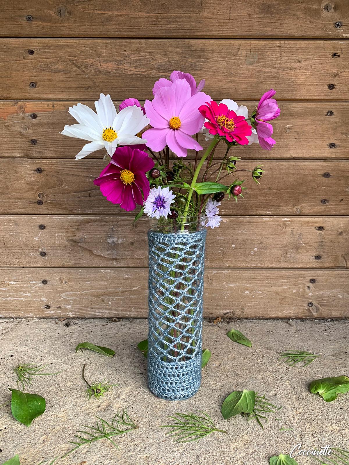 Vase avec des fleurs des champs